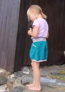 Dětská zelená sukýnka se dvěmi kapsami. kontrastní šedé lemování. Pružný pas, nic netlačí a nehrne se. Je to Bájo