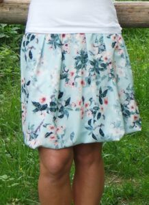 Saténová balonová sukně, lehká jako pírko, ani o ní nebudete vědět. Romantický potisk květů na světle modrém podkladě je přímo pohádkový. ručně šité. jetoBájo