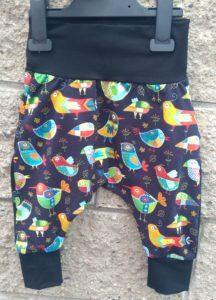 jetobajo dětské tepláčky s kontrastním sedlem, ručně šité v čr, veselý motiv barevných stylizovaných ptáčků. tepláčky pro batolata, s pružným pasem, aby nic netlačilo a netáhlo na záda