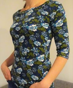 tričko s lodičkovým výstřihem, pohodlnné a velmi ženské, splývavý materiál se vzorem mpdrozelených květin, tříčtvrteční rukáv. je to bájo