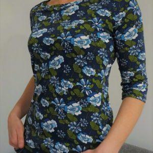 tričko s lodičkovým výstřihem, pohodlné a velmi ženské, splývavý materiál se vzorem modrozelených květin, tříčtvrteční rukáv. je to bájo