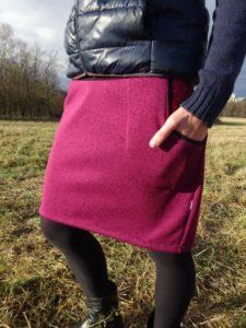 teplá zimní sukně barvy rozmačkané ostružiny, vnitřek kapsy v kontrastní červené barvě. ručně sit v české republice. bájo sukně