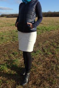 dámská sukně z počesané teplákoviny barvy mléčně bílého melíru. sukně má pružný pas a jednu velkou kapsu