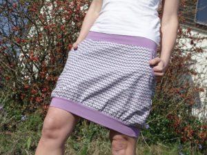 Sportovní dámská sukně s kapsami. Světlá lila barva s cikcak vzorem chevron. Pohodlný pružný pas vhodný i pro těhulky. vyrobeno v cr. handmade jetobajo
