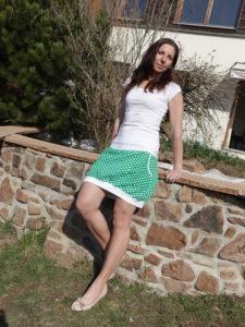 dámská sukně s kapsami. Tmavě zelená s bílým puntíkem. Pohodlný pružný pas vhodný i pro těhulky.jetobájo