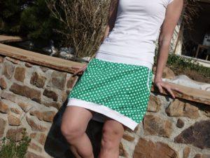 dámská sukně s kapsami. Tmavě zelená s bílým puntíkem. Pohodlný pružný pas vhodný i pro těhulky.