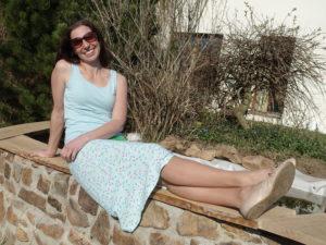 Dámská letní sukně. Splývavá sukně, vzdušná, střih mírně do A. Pružný pas opatřený navíc gumou. mentolovýodstín s barevnými čárkami. Veselá nálada zaručena. Je to Bájo