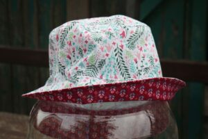 Letní klobouček pro dítě. Motiv letní louky. vyrobeno ručně v čr. jetobájo