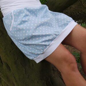 Jemná sukně sportovního střihu. Holubí modř doplňují bílé puntíky - elegantní i rozpustilé.. Sukně má kapsy a pohodlný, pružný pas. Vyrobeno ručně v české republice. jetobajo
