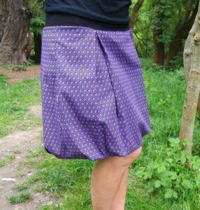 Balonová sukně z úžasně měkké bavlny. Tmavě fialová s drobnými kolečky. Hodí se k ní lodičky i tenisky. je-to-bajo