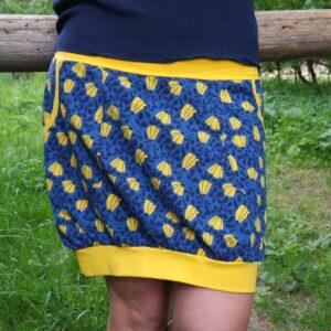 úpletová sukně, tmavě modrá se žlutými květy. Pohodlná, s pružným pasem a dvěma kapsami