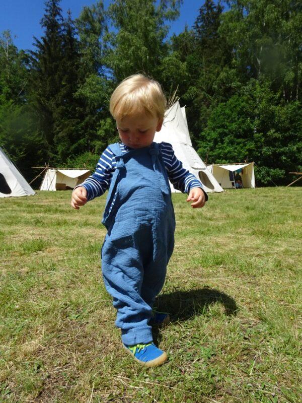 dětské kalhoty s laclem, zapínání na uzlík, materiál mušelín. vyrobeno v České republice. Ušito u jetobájo