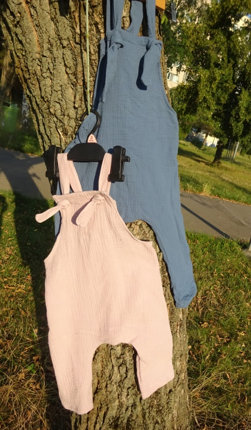 dětské lacláče z mušelínu. barva modrá džínová, starorůžová a krémová. lehoučké a vhodné na letní večery. vyrobeno v české republice s láskou ušito v je to Bájo