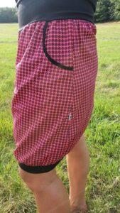 dámská sukně s podkasaným lemem a kapsami, kontrastní lemování kapes