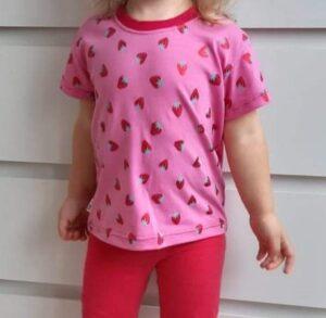 růžové dívčí třičko s jahodami